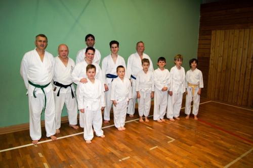 Vereinsmitglieder mit Karateanzug